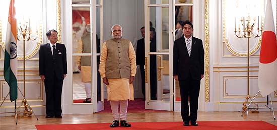 Prime Minister Modi with Prime Minister Abe of Japan during ceremonial welcome in Akasaka Palace, Tokyo