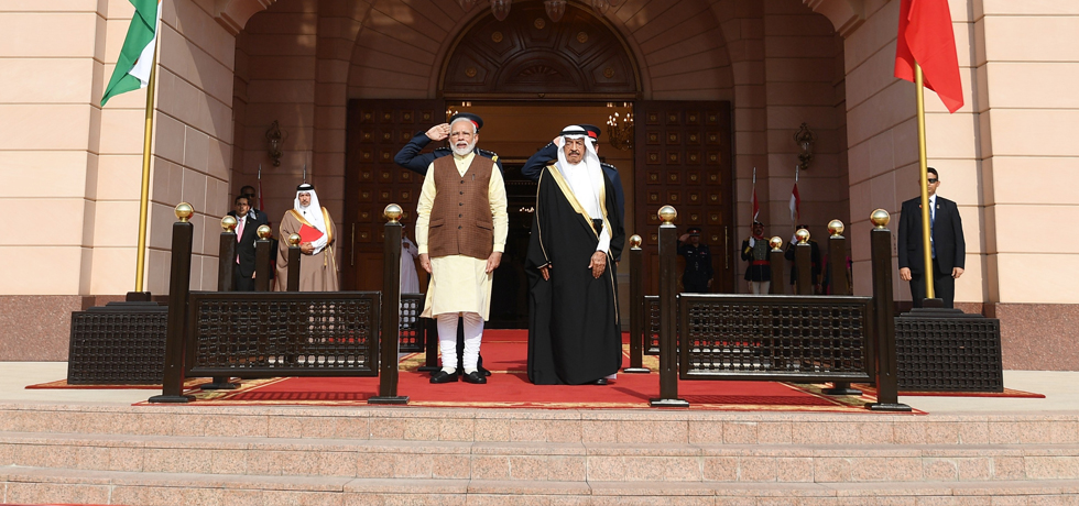 Prime Minister inspects Guard of Honour during his Ceremonial Welcome at Al Gudaibiya Palace in Manama, Bahrain