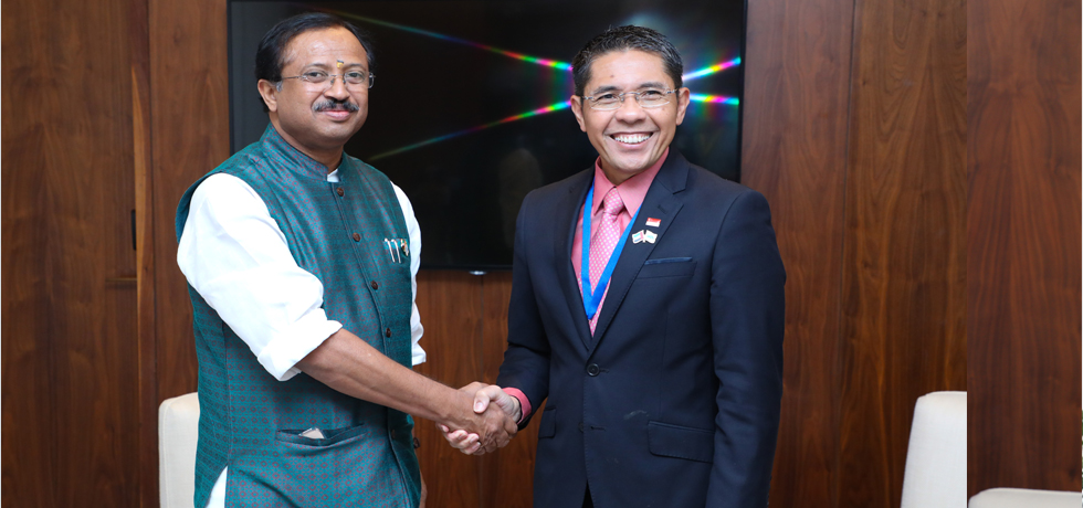 Minister of State for External Affairs meets Mohamad Osman, Sr. Minister of State for Defence and External Affairs of Singapore on the sidelines of IORA in Abu Dhabi